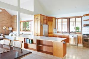A kitchen or kitchenette at Bay Beach House
