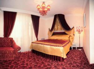Кровать или кровати в номере Роял Сити Отель