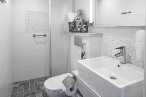 Ett badrum på Santa's Hotel Aurora & Igloos