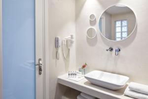 A bathroom at Santo Miramare Beach Resort
