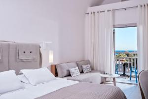 A bed or beds in a room at Santo Miramare Beach Resort
