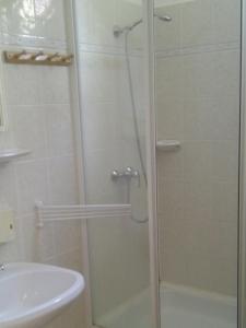 A bathroom at Rézkakas Fogadó