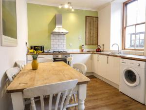 A kitchen or kitchenette at St Johns Cottage, St. Austell