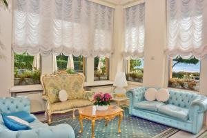 A seating area at Grand Hotel Menaggio