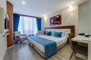 سرير أو أسرّة في غرفة في فندق فوروم سويت