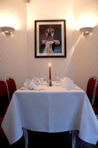 Ein Restaurant oder anderes Speiselokal in der Unterkunft Parkhotel Helmstedt