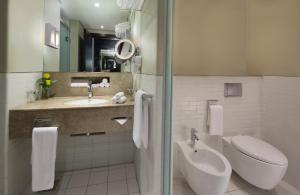 A bathroom at Dubai International Terminal Hotel