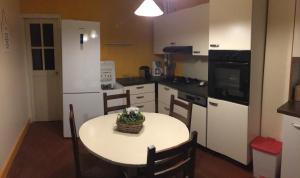 A kitchen or kitchenette at Chez Madame Titus