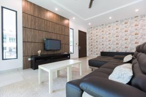 A seating area at Spacious Nice Fitted Spice Villa