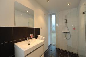 A bathroom at Air Hotel Wartburg