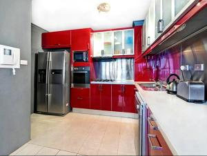 A kitchen or kitchenette at Ausmine Carrington Apartment