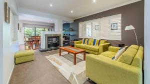 A seating area at OCEANS 11 - SURFSIDE - WIFI & FOXTEL - PET FRIENDLY (OUTSIDE ONLY)