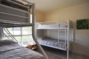 A bunk bed or bunk beds in a room at SEAHOLME - WIFI & FOXTEL