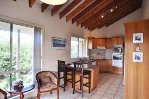 A kitchen or kitchenette at SEAHOLME - WIFI & FOXTEL