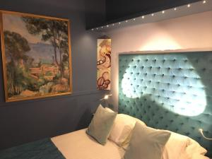 A bed or beds in a room at Hostellerie du Cheval Noir