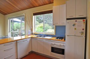 A kitchen or kitchenette at THE SAILS 4 - CENTRAL LOCATION
