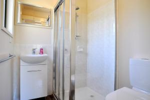A bathroom at WAVELENGTH - WIFI & PET FRIENDLY (OUTSIDE ONLY)