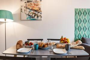 Breakfast options available to guests at Les Cocons - Appartements d'Hôtes Design