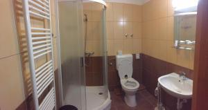 A bathroom at Hotel Halászkert Badacsony