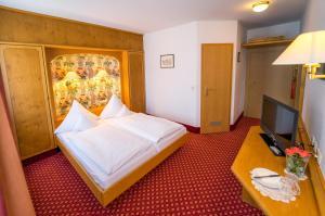 Ein Bett oder Betten in einem Zimmer der Unterkunft Hotel-Gasthof Zum Weyssen Rössle