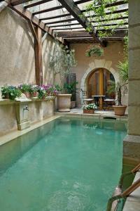 Der Swimmingpool an oder in der Nähe von Un Mas en Ville