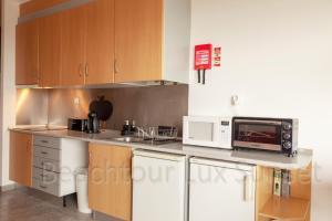 A kitchen or kitchenette at Beachtour Lux Sunset