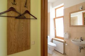 Ein Badezimmer in der Unterkunft Helmi Hotel