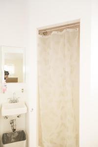 A bathroom at Orange Drive Hostel