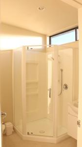 A bathroom at Sunset Motel
