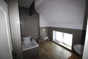 Ein Badezimmer in der Unterkunft Ferienwohnung am Parsteinsee