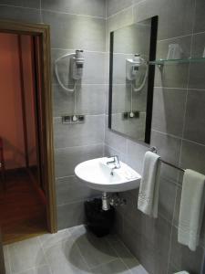 A bathroom at Hotel Corona de Castilla