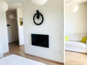 A television and/or entertainment center at Apartment KakDoma na Izhorskogo 15