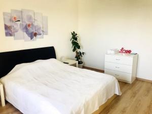 A bed or beds in a room at Apartment KakDoma na Izhorskogo 15