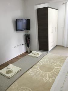 A bed or beds in a room at Apartments and Rooms Oražem Zoro