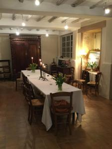 A restaurant or other place to eat at Le Logis B&B (Bed & Breakfast)