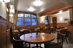 Ein Restaurant oder anderes Speiselokal in der Unterkunft Hôtel Restaurant Cave Bel-Air