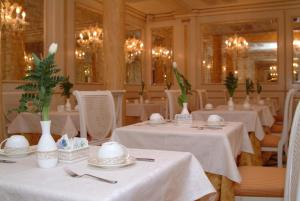 A restaurant or other place to eat at Hotel Belle Epoque