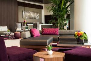 A seating area at Courtyard by Marriott Los Angeles L.A. LIVE