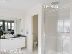 A bathroom at Happy Cozy House