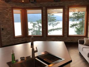 A kitchen or kitchenette at The Lodge on Harrison Lake