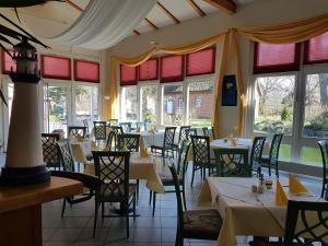 Ein Restaurant oder anderes Speiselokal in der Unterkunft Hotel Alt Wittower Krug