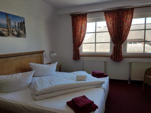 Ein Bett oder Betten in einem Zimmer der Unterkunft Hotel Alt Wittower Krug