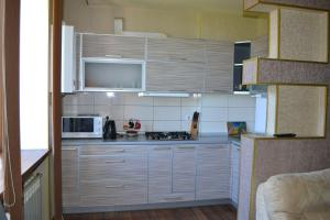 Cuisine ou kitchenette dans l'établissement Furnished Apartments on Universitet