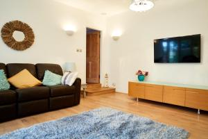 A television and/or entertainment center at Centre Stables Luxury Self Catering Cottage