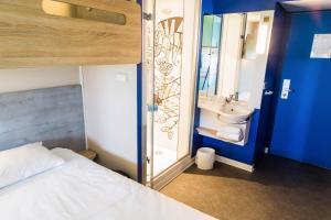 Een badkamer bij ibis Budget Luxembourg Aeroport