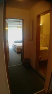 """Ein Badezimmer in der Unterkunft Hotel-Pension """"Zum Ochsenkopf"""""""
