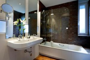 A bathroom at Exe Victoria Palace