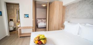 Un ou plusieurs lits dans un hébergement de l'établissement Kratiras View Luxury Suites