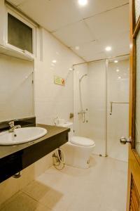 A bathroom at Hanoi Central Backpackers Hostel