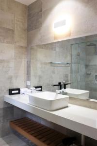 A bathroom at Rowville International Hotel